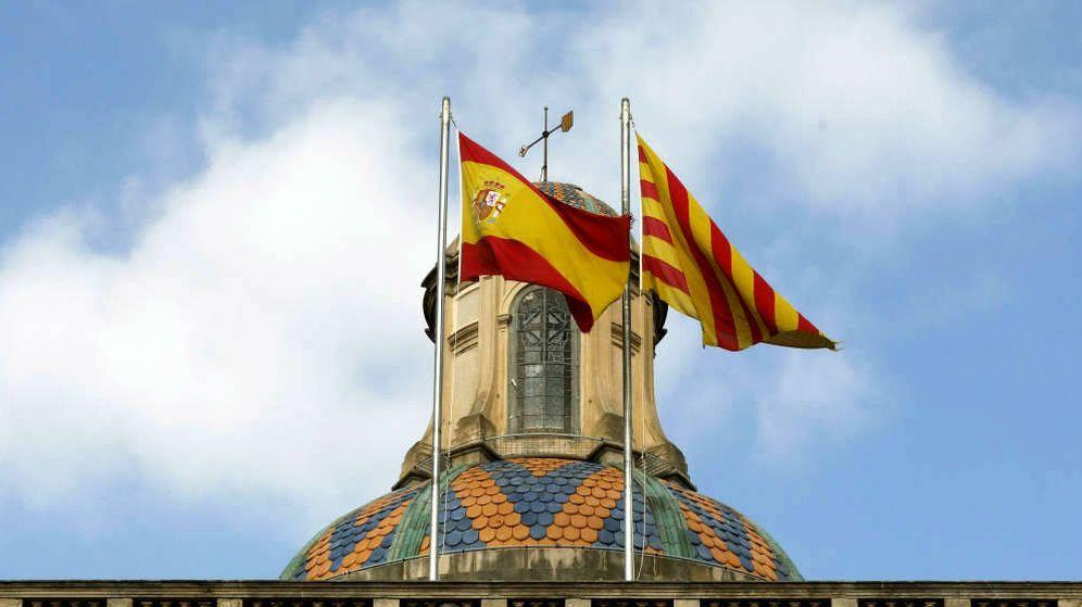 Foto: Fachada de la Generalitat de Cataluña con la bandera española y la catalana. (EFE)