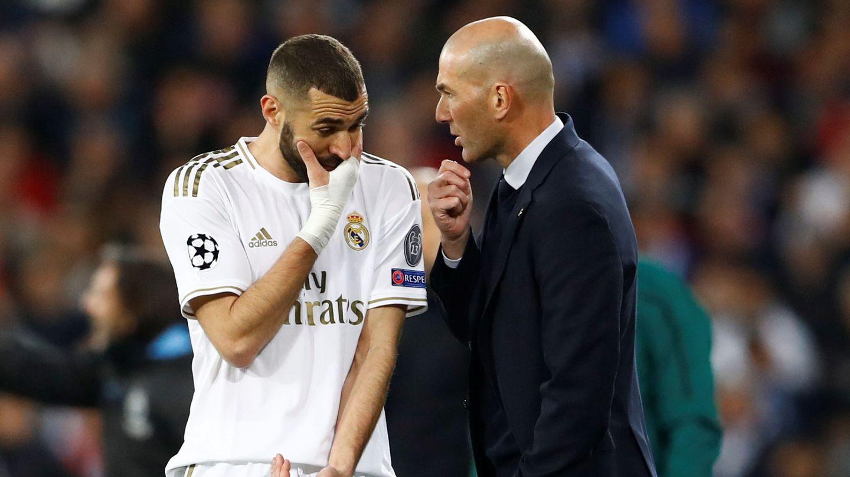 Zidane y Benzema hablan durante el transcurso de un partido. (Reuters)