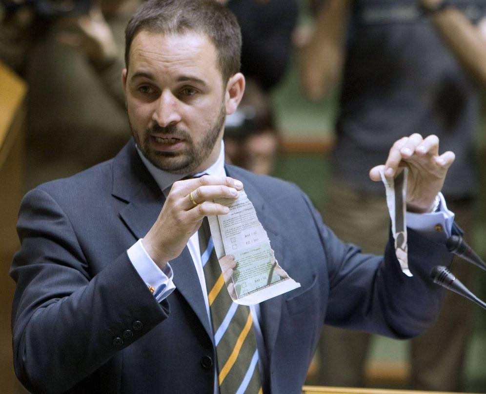 Foto: Abascal rompe en dos la imagen de una papeleta de la consulta soberanista que proyectaba Ibarretxe en una sesión del Parlamento Vasco en 2008. (EFE)