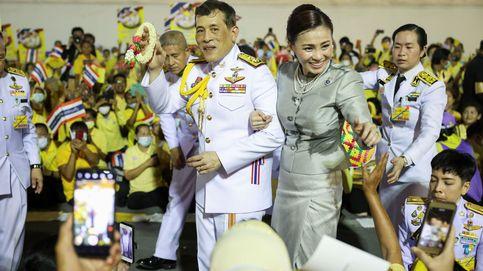 La impactante foto de la escolta de la reina de Tailandia: las consecuencias de vivir de rodillas