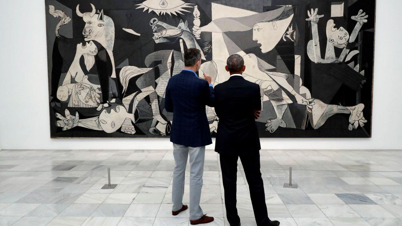 El rey Felipe y el expresidente Obama observan 'El Guernica', en una anterior visita del estadounidense a nuestro país. (EFE)