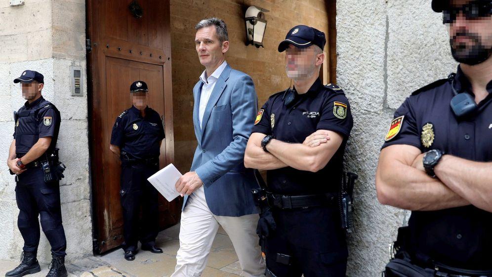 Foto: Urdangarin, a su salida de la Audiencia de Palma. (EFE)