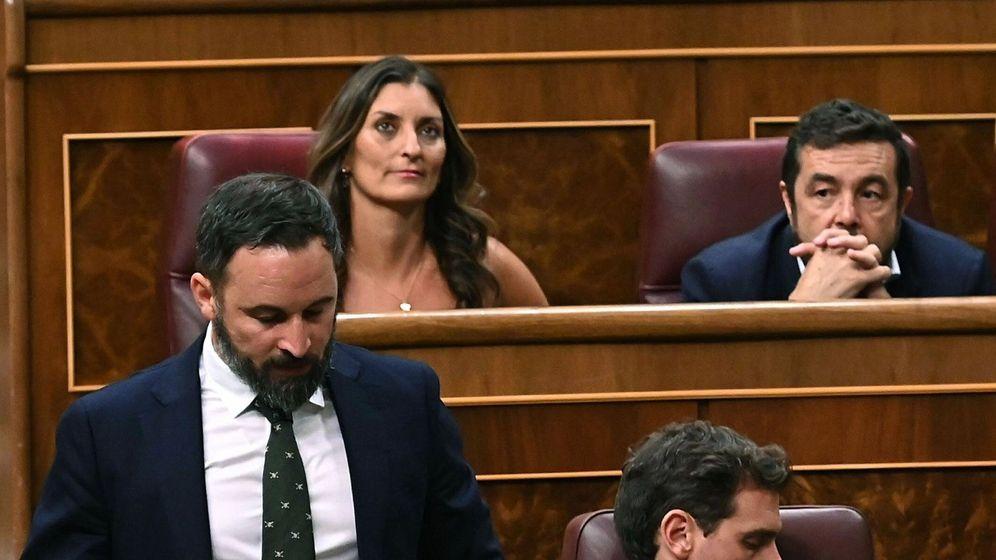 Foto: El presidente de Vox, Santiago Abascal (i), pasa junto a Albert Rivera en el Congreso. (EFE)