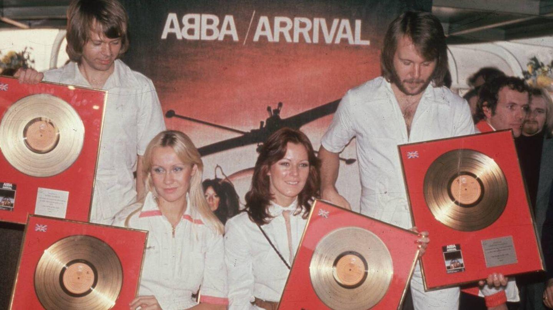 Los cuatro ABBA, con sus discos de oro en 1976. (Getty)