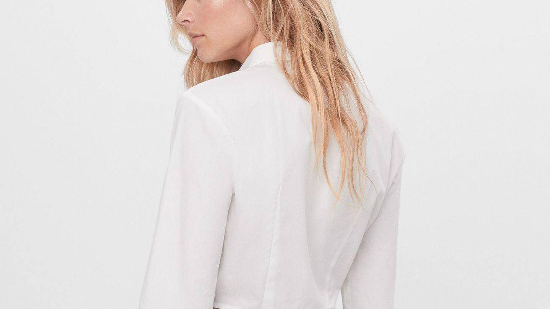 Camisa blanca de Bershka. (Cortesía)