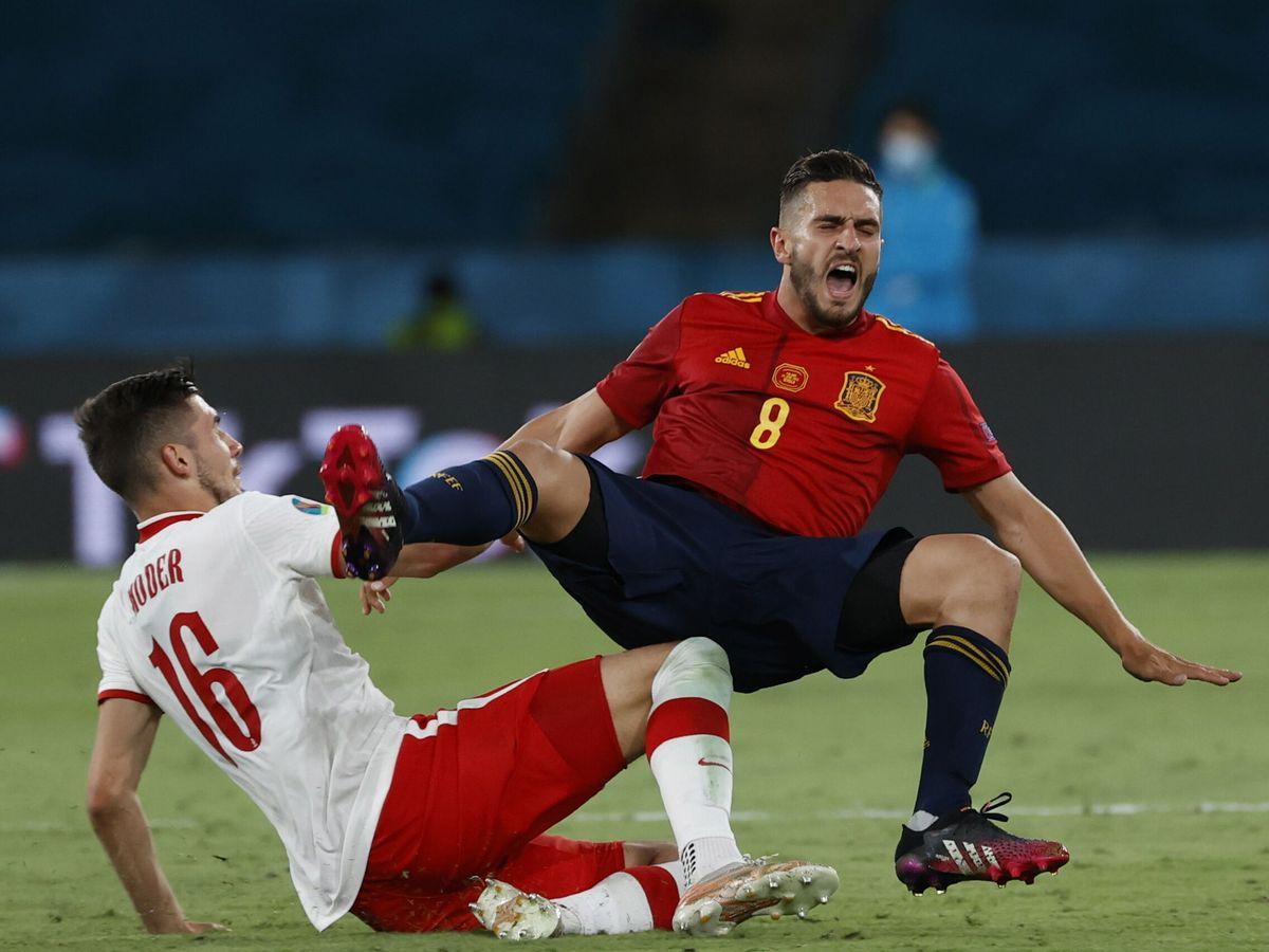 Foto: Koke recibe una dura entrada durante el partido entre España y Polonia. (EFE)