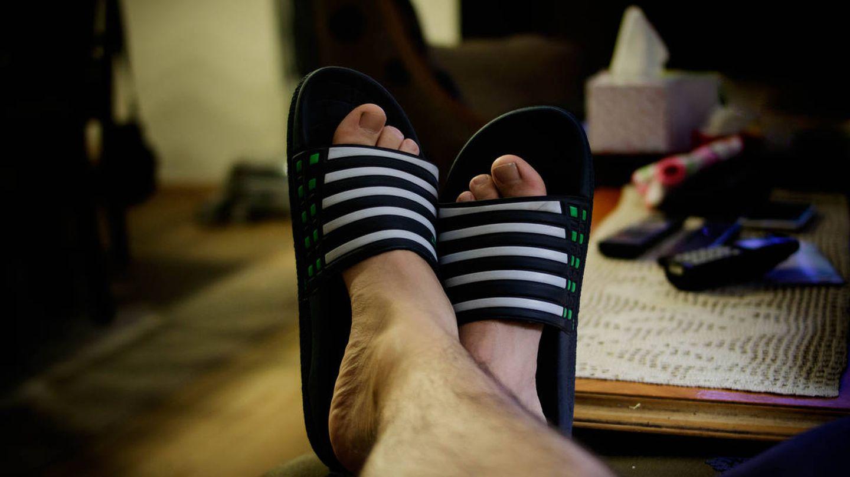 Lo estás haciendo mal: nada de chanclas Adidas. (iStock)