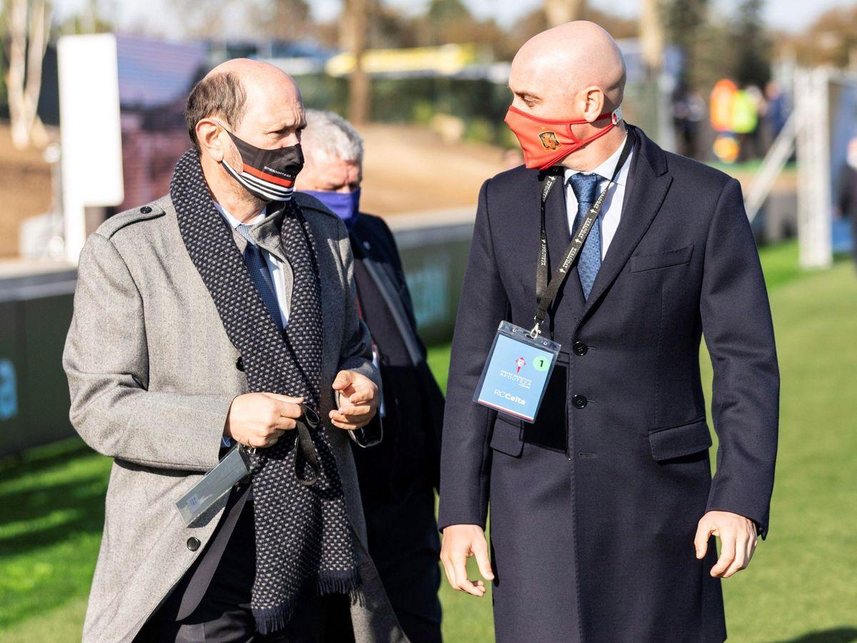Foto: Luis Rubiales (derecha) y Rafael Louzán, durante una reciente inauguración. (Efe)