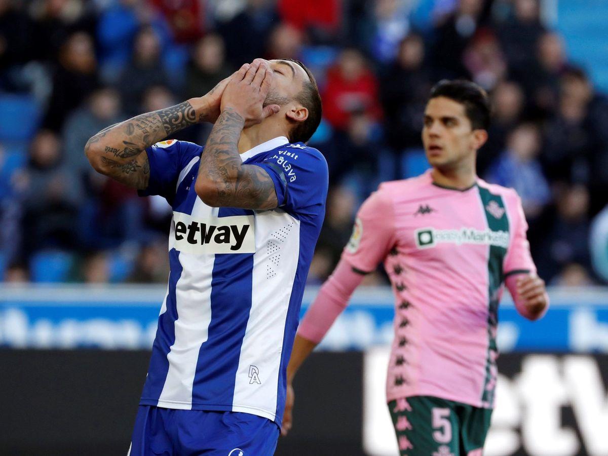 Foto: El delantero del Alavés, Joselu, se lamenta tras una ocasión errada ante el Betis. (EFE)
