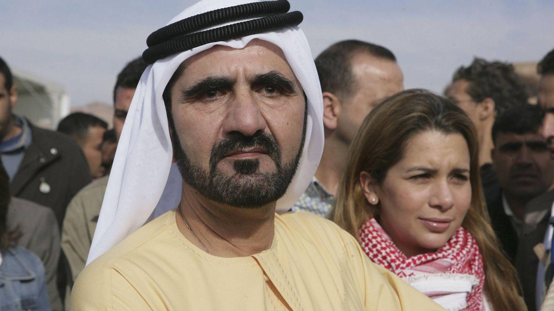 El emir de Dubái con su esposa en segundo plano. (Getty)