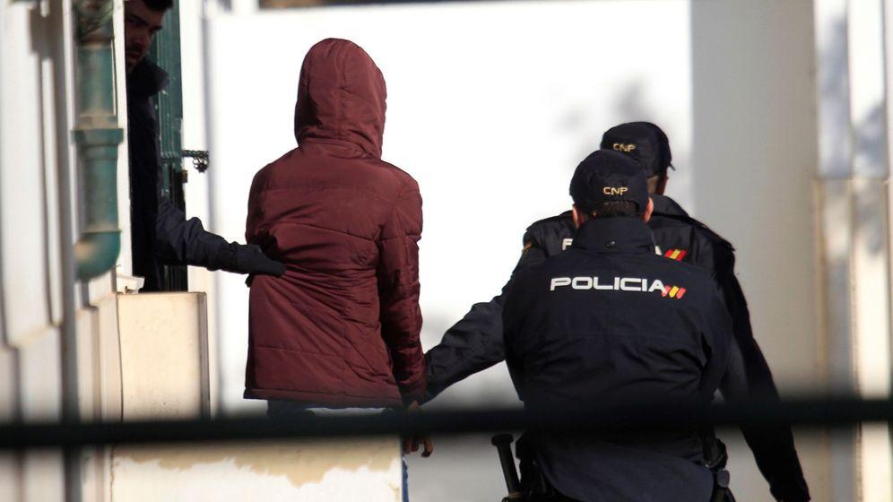 Foto: Foto de archivo de la policía de Algeciras y un detenido. (EFE)