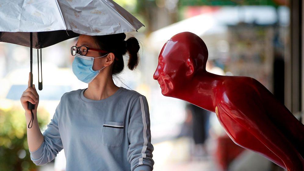 Foto: Una mujer con mascarilla pasea por Khao San Road, en Bangkok. (EFE)