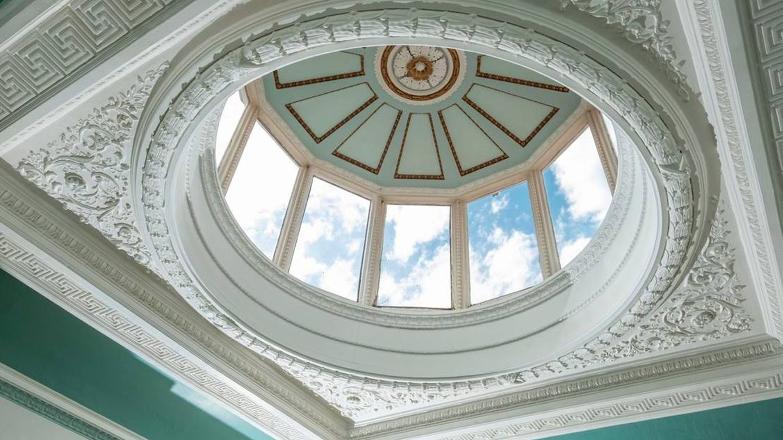 La mansión conserva un lujoso atrio abovedado. (Biles & Co)