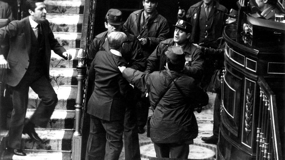 Foto: Fotografía de archivo, tomada en Madrid el 23/02/1981, del entonces presidente del Gobierno, Adolfo Suárez (i), que intenta socorrer al vicepresidente y teniente general Gutiérrez Mellado (2i), zarandeado por un grupo de guardias civiles