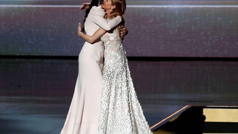 Abrazada a su hermana, María, en la gala.  (Reuters)