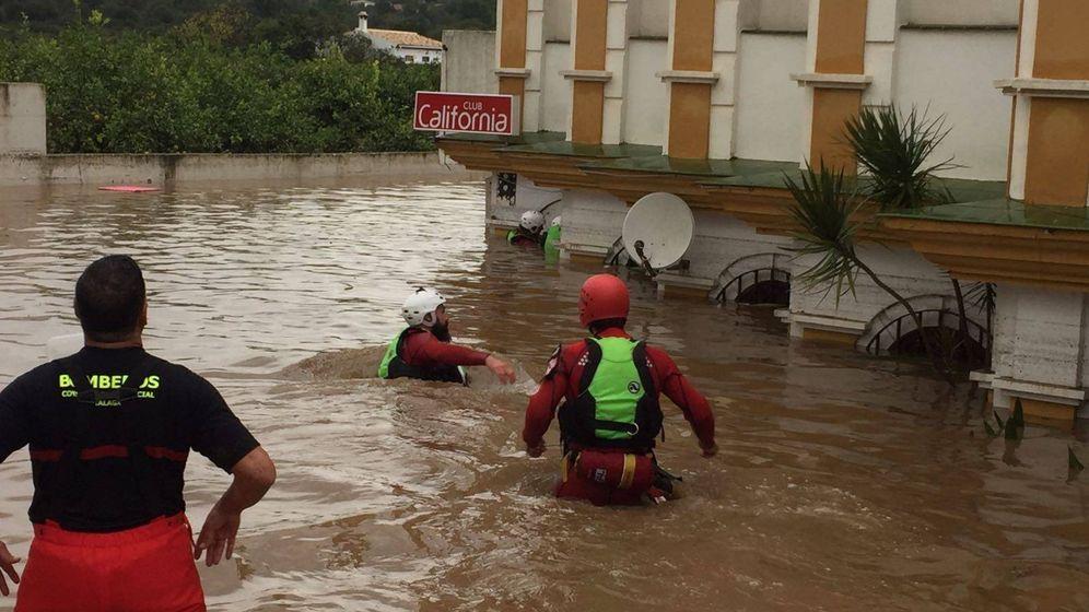 Foto: Imagen de los equipos de Emergencias en los bajos del edificio de Estepona donde falleció una mujer.