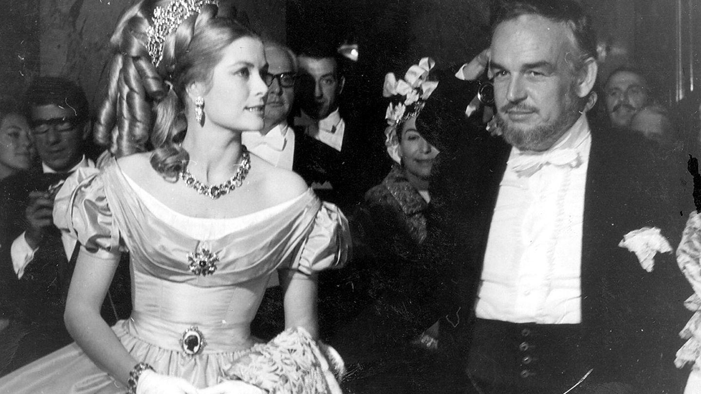 Grace Kelly y el príncipe Rainiero III,  durante el Baile de la Rosa en 1966. (EFE)