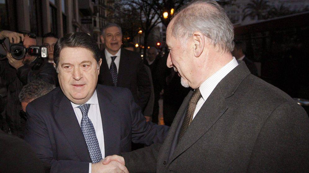 Foto: José Luis Olivas, expresidente de Bancaja, junto a Rodrigo Rato (dcha.) (EFE)