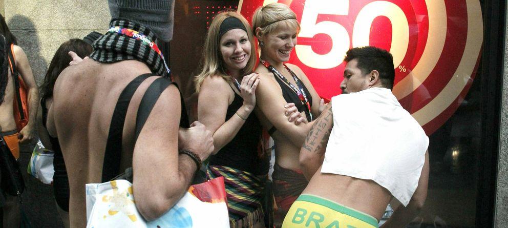 Foto: Desigual viste gratis a los que accedan a la tienda de la madrileña calle Preciados en ropa interior. (EFE)
