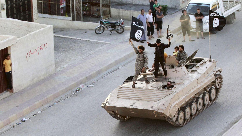 Militantes del ISIS durante un desfile militar en Raqqa, en junio de 2014 (Reuters)