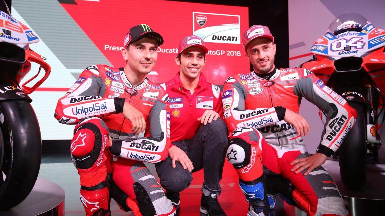 Andrea Dovizioso (d) cobra diez veces menos que Jorge Lorenzo (i) en Ducati, pero en 2017 consiguió resultados mucho mejores. (EFE)