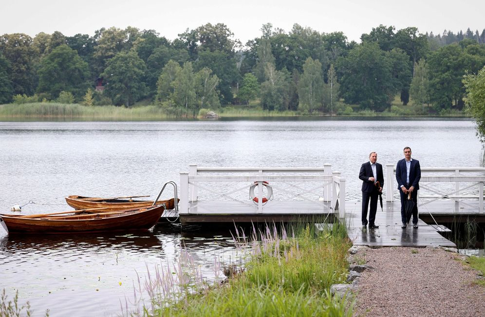 Foto: Pedro Sánchez se reúne con el primer ministro sueco, Stefan Löfven, en su residencia de verano en Harpsund, este 15 de julio. (EFE)