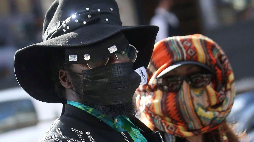 Foto: Una pareja luce máscaras sanitarias faciales para protegerse del coronavirus. (EFE)