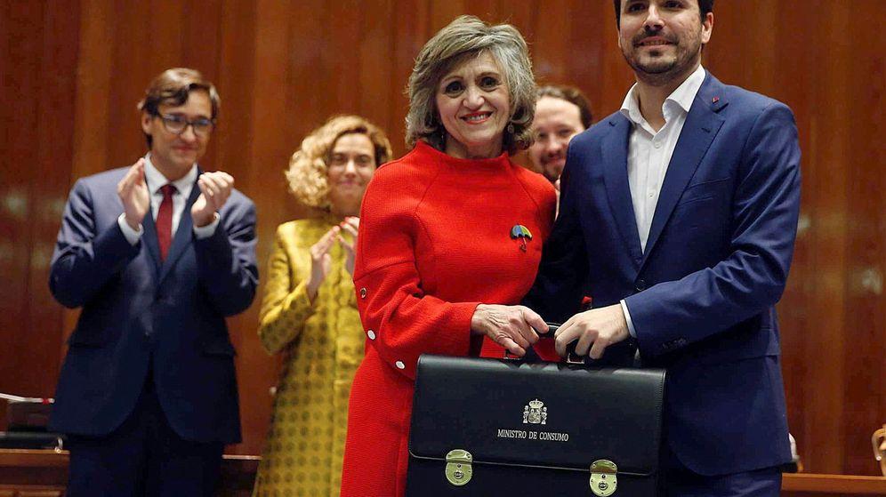 Foto: La ministra saliente de Sanidad y Consumo, María Luisa Carcedo, entrega la cartera al nuevo titular de Consumo, Alberto Garzón. (EFE)