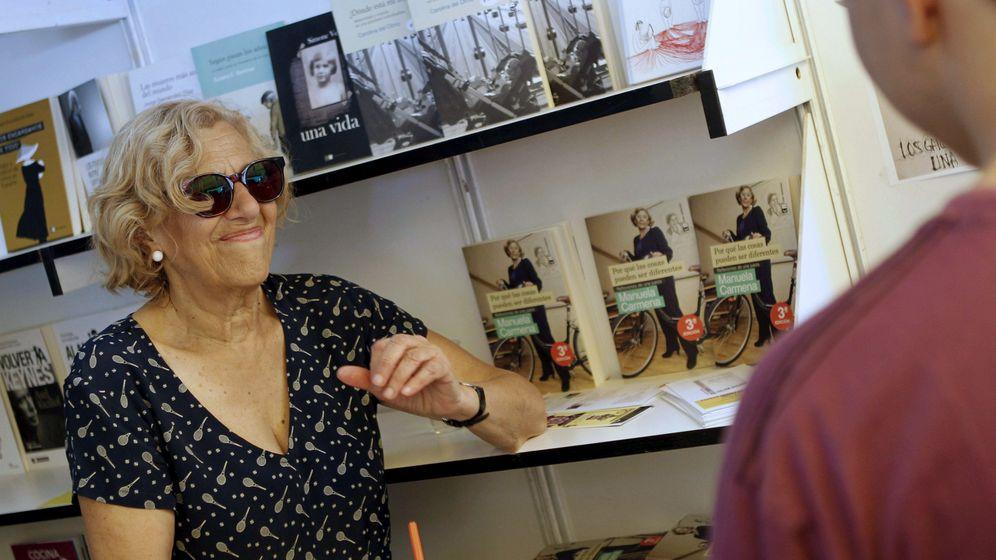Foto: La número uno de Ahora Madrid, Manuela Carmena, firmando en la Feria del Libro. (EFE)