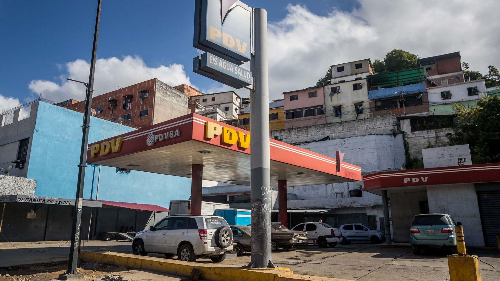 Foto: Vista de una estación de servicio de la estatal Petróleos de Venezuela fuera de servicio. (EFE)