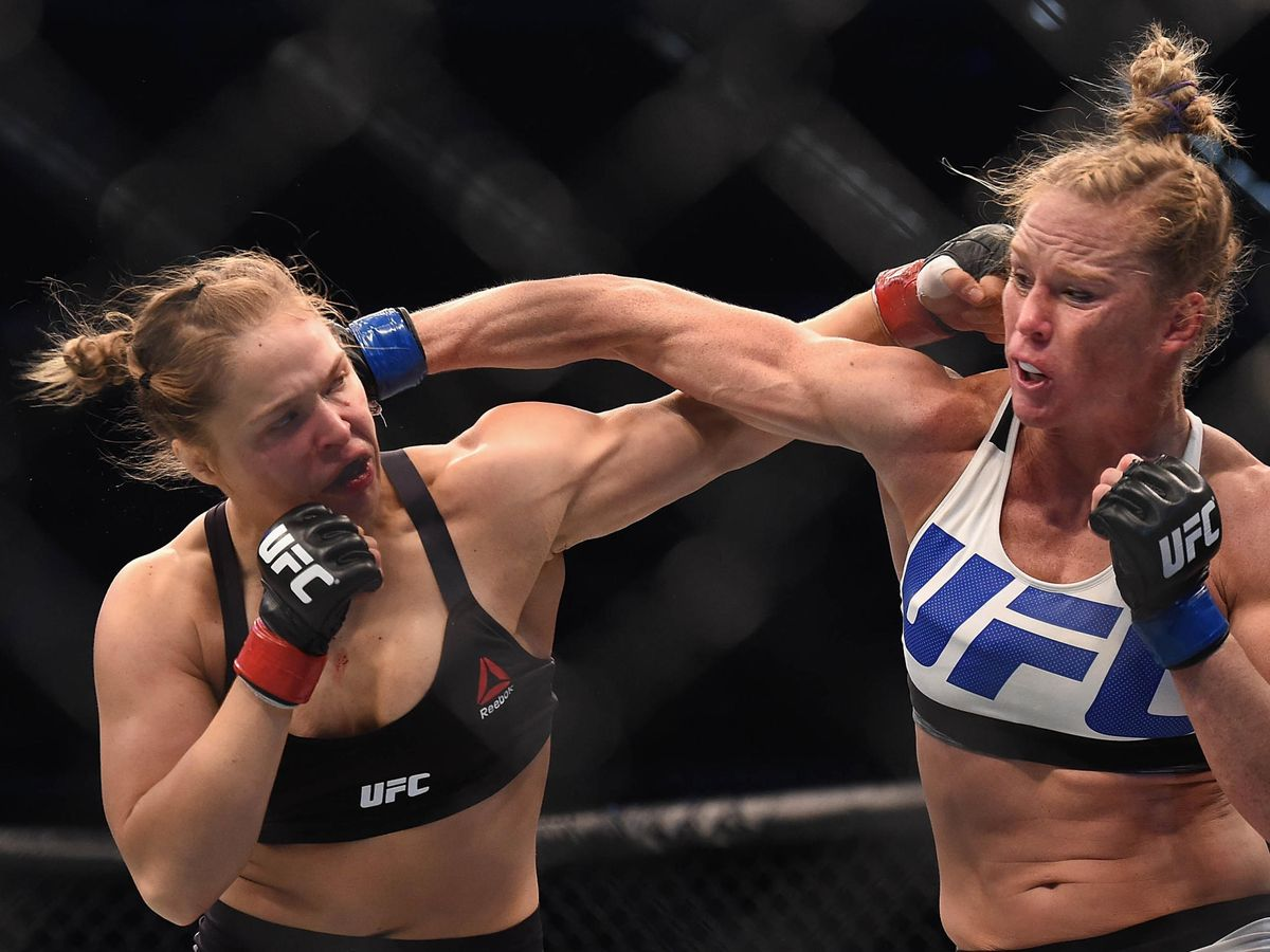 Foto: Ronda Rousey (i) contra Holly Holm en UFC 193, celebrado en noviembre de 2015. (USA TODAY Sports)