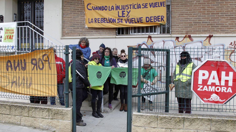 Integrantes de la PAH de Zamora tratan de evitar un desahucio. (EFE)