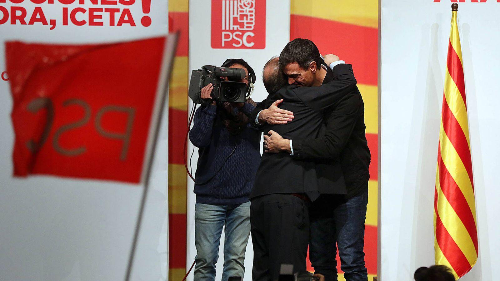 Foto: Pedro Sánchez y Miquel Iceta se abrazan durante su mitin en Lleida, este 10 de diciembre. (Jordi Play   PSC)