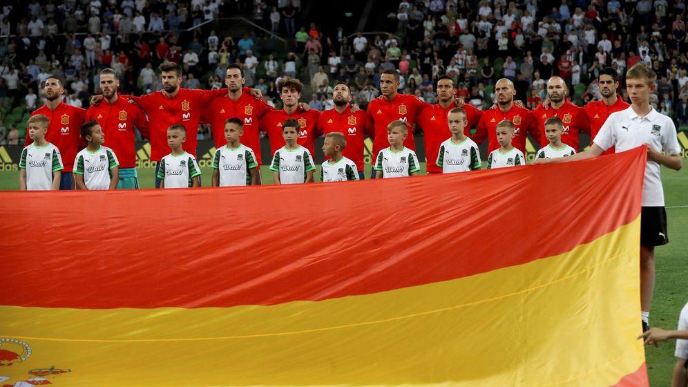 Foto: Los jugadores españoles escuchan el himno antes del partido ante Marruecos. (EFE)