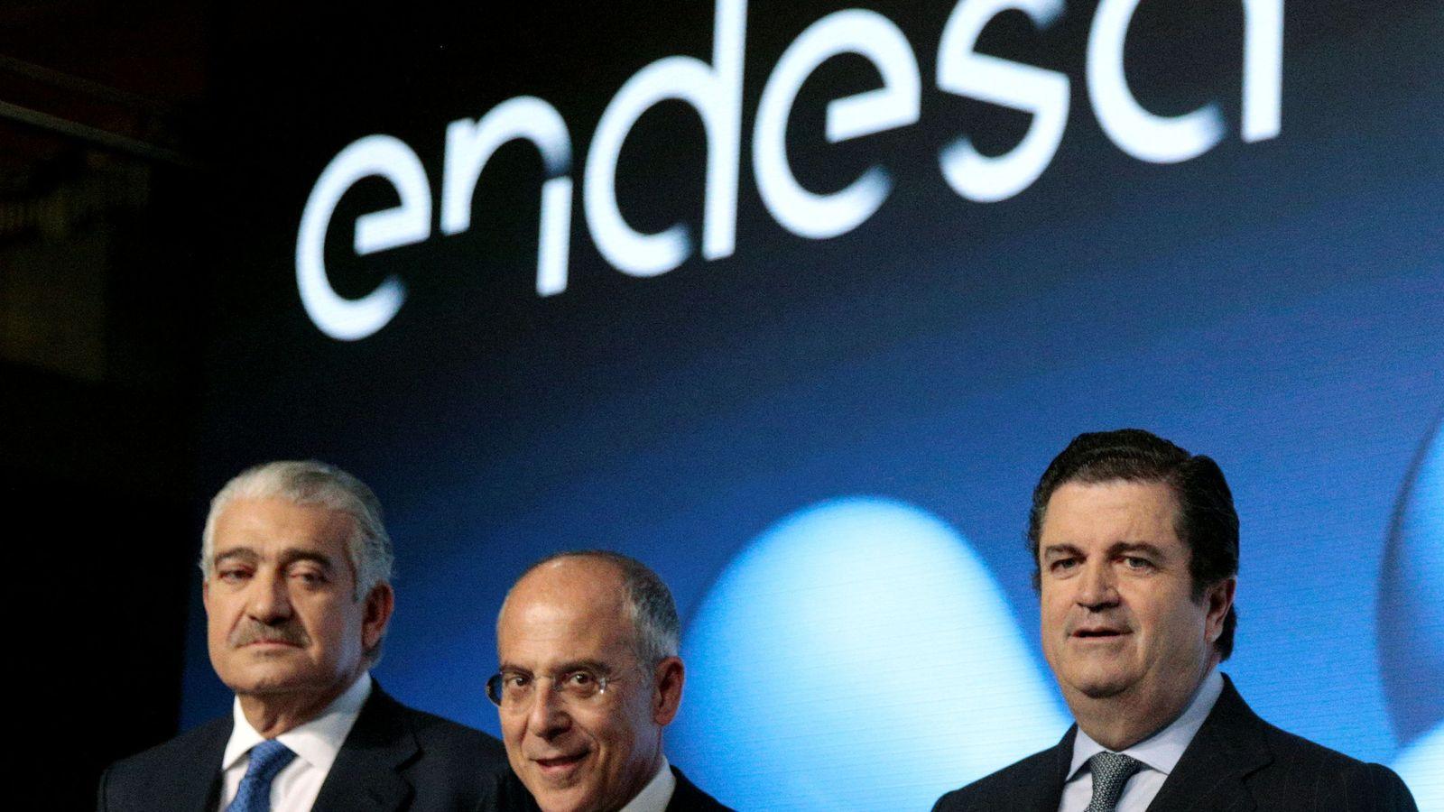 Foto: El presidente saliente de Endesa, Borja Prado, con el COE José Bogas y el vicepresidente Francesco Starace. (Reuters)