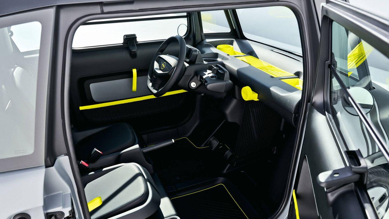 El asiento del copiloto va más atrasado que el del conductor para aumentar el hueco para las pierna y, llegado el caso, usar esa zona a los pies como maletero de 63 litros.