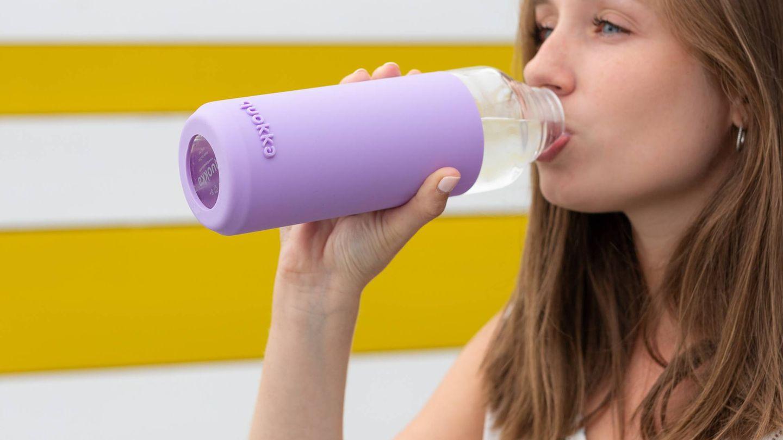 ¿Beber agua con la comida nos impide adelgazar? (Quokkabottles para Unsplash)