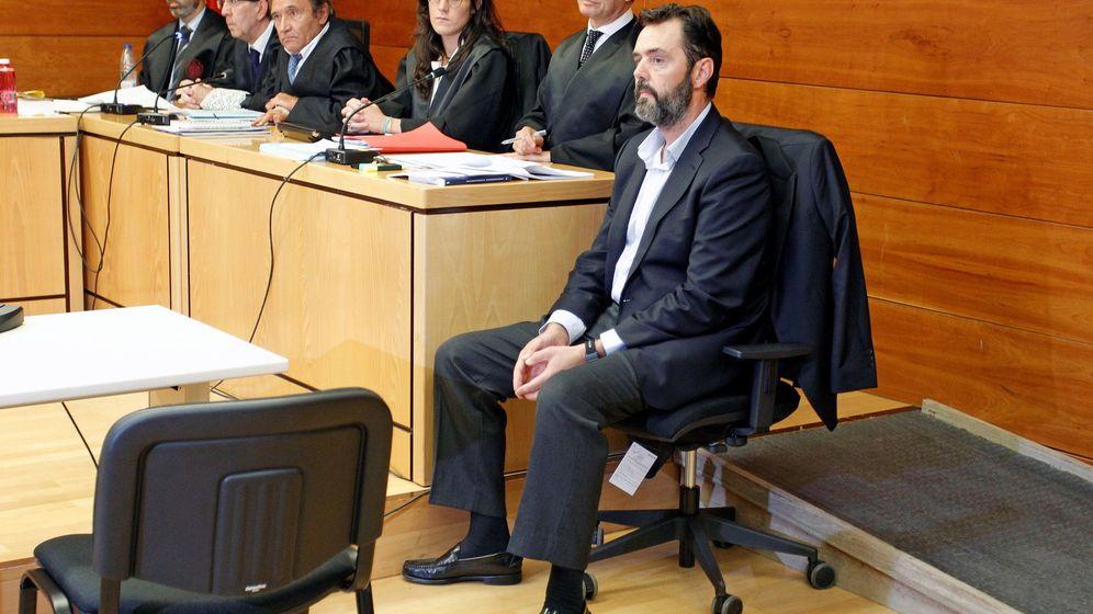 Foto: Miguel López, el yerno de la viuda del expresidente de la Caja de Ahorros del Mediterráneo, en el banquillo para el comienzo del juicio. (EFE)