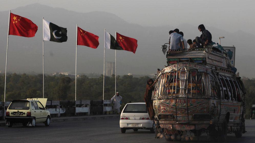 Foto: Banderas chinas y paquistaníes en una carretera de Islamabad durante una visita oficial china, en mayo de 2013. (Reuters)