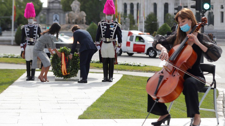 Martínez-Almeida y Villacís realizan una ofrenda floral en el monumento a las víctimas del coronavirus. (EFE)