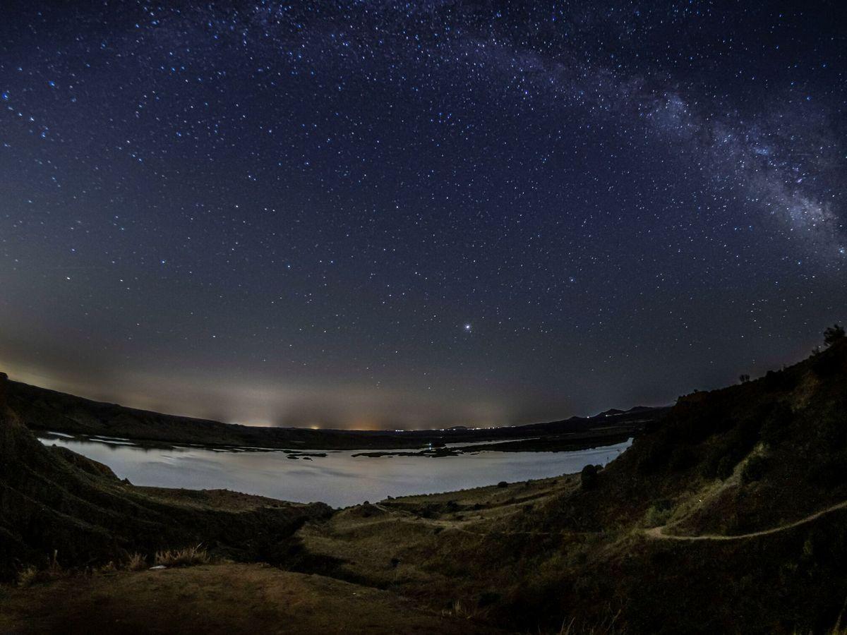 Foto: Cómo y cuándo ver la lluvia de estrellas de las perseidas este verano (EFE)
