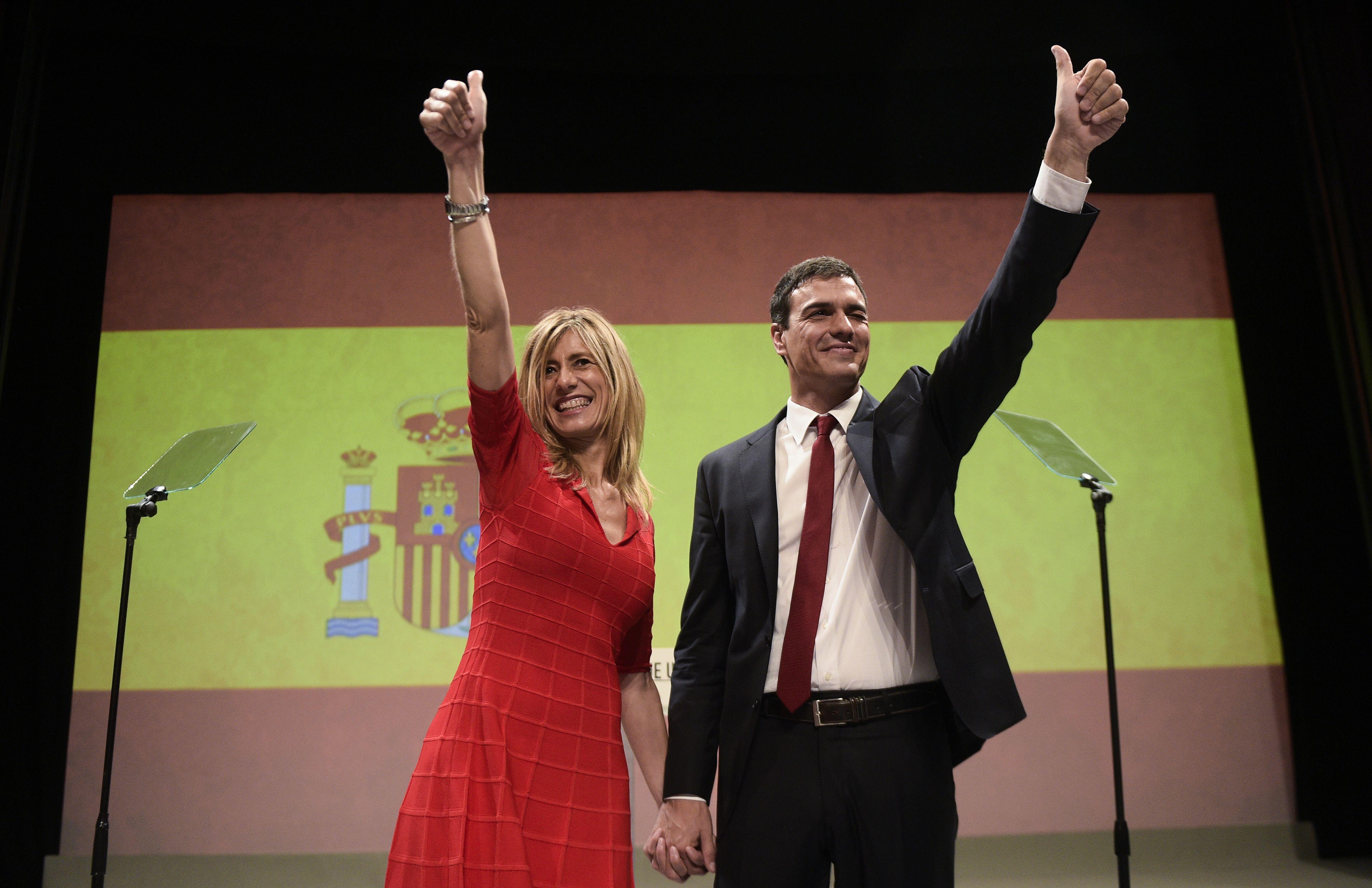 Begoña y Pedro durante comité federal del PSOE en el que le nombraron candidato.