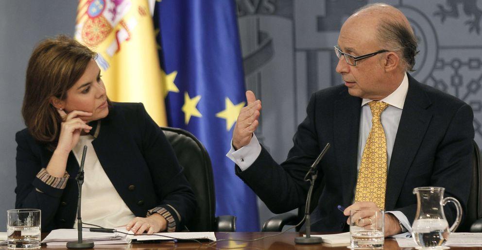 La vicepresidenta del Gobierno, Sáenz de Santamaría, y el ministro de Hacienda. (EFE)