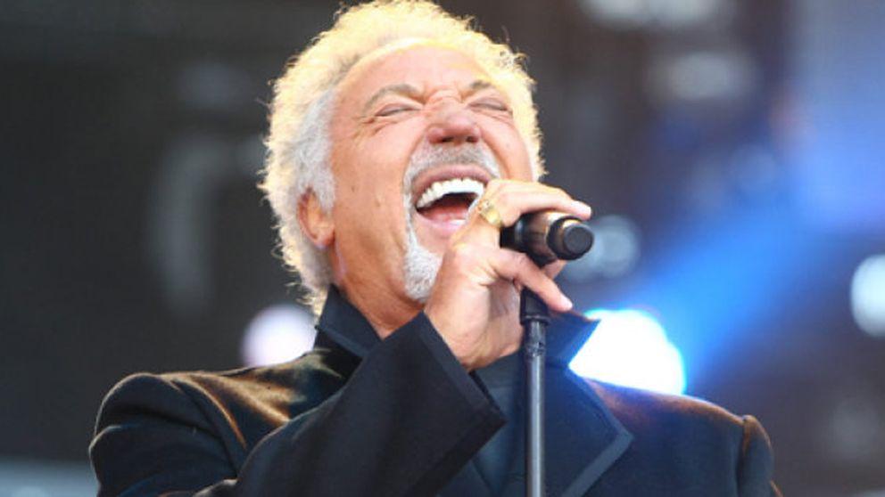 3.000 gallegos bajo la lluvia para ver a Tom Jones en concierto