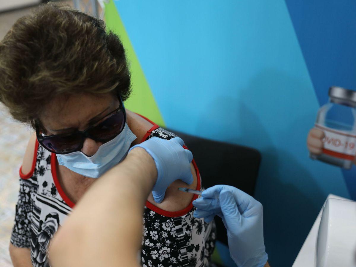 Foto: Una mujer recibe la tercera dosis en Jerusalén. (EFE)