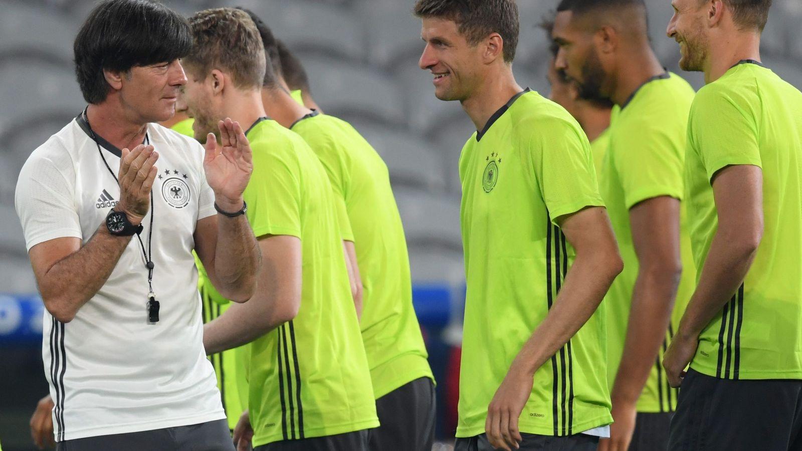 Foto: Joachim Löw anima a sus jugadores (EFE)