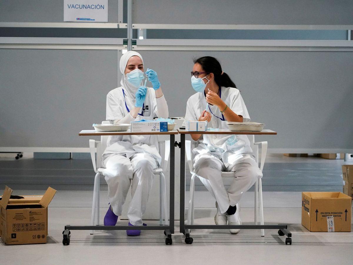 Foto: Personal sanitario prepara dosis de Moderna en el Hospital Isabel Zendal de Madrid. (Reuters)