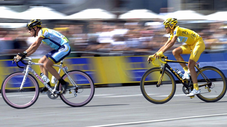 El ciclista español del equipo Astana, Alberto Contador y su compañero estadounidense Lance Armstrong, 2009. (EFE)