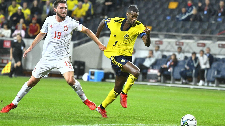 Laporte agarra a Isak en el partido entre Suecia y España. (EFE)