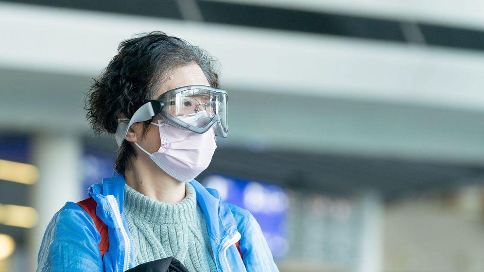 Foto: Una persona con mascarilla y gafas protectoras. (EFE)